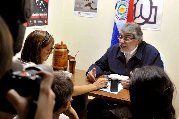 El presidente constitucional de Paraguay, Fernando Lugo, con un  grupo de periodistas después de su destitución a manos del Congreso - Foto: Prensa Fernando Lugo