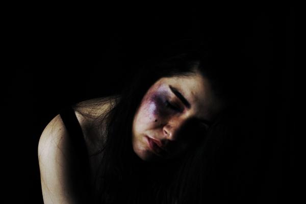 En Colombia, el tratamiento de la violencia de género en los medios de comunicación atiende más a la lógica de un espectáculo morboso que a la de informar a la sociedad sobre estas conductas - Foto: Aracelota