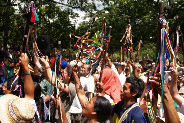 Las comunidades indígenas del norte del Cauca exigen la salida de los actores armados de sus territorios y plantean diálogos regionales de paz para preservar la vida de las comunidades y su integridad cultural - Foto: Omar Vera