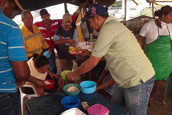 Compartir los alimentos y los pocos recursos con los que contaban, haciendo crecer la solidaridad, fue la mayor fortaleza de los obreros de La Jagua de Ibirico durante su larga huelga - Foto: Omar Vera