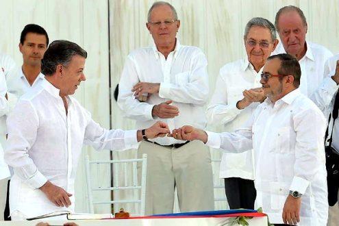 Juan Manuel Santos, presidente de Colombia, y Rodrigo Londoño, comandante de las FARC-EP, firman el acuerdo final en Cartagena. Foto: Juan Pablo Bello, presidencia.