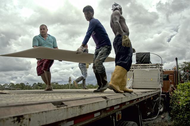 Materiales de construcción prefabricados llegaron con más de un mes de retraso a la ZVTN de Tumaco, a pesar de la fácil accesibilidad a la misma. Foto: Andrés Gómez.