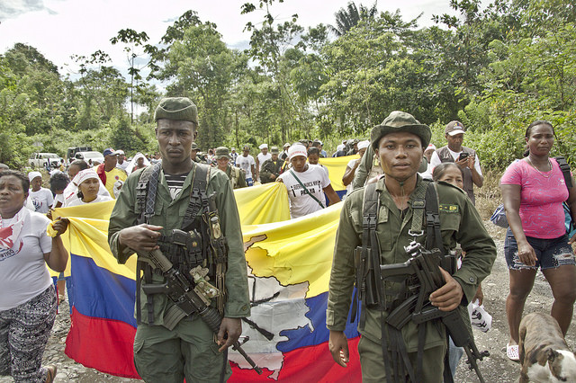 Los guerrilleros del Bloque Occidental de las FARC-EP son bienvenidos por las comunidades que viven en las veredas próximas a la ZVTN de Tumaco. Foto: Andrés Gómez.