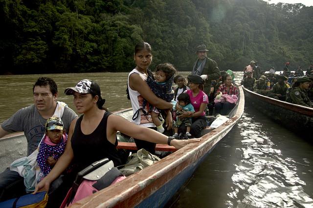 Marcha de guerrilleras embarazadas, gestantes y lactantes con sus hijos a la ZVTN de Tumaco. Foto: Andrés Gómez.