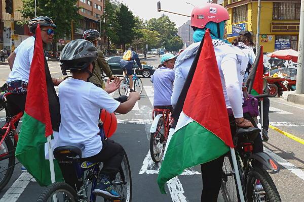 Durante el recorrido en bicicleta por el centro de Bogotá, los manifestantes demostraron su solidaridad con Palestina. Foto: Marcela Zuluaga.