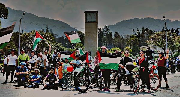 """Decenas de bogotanos participaron de la """"Rodada solidaria con Palestina"""". Foto: Marcela Zuluaga Contreras."""